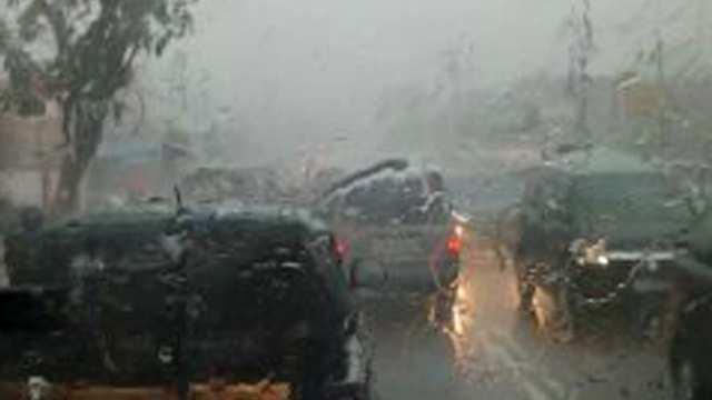 Kondisi hujan angin tampak dalam mobil entis sutisna (foto: Entis Sutisa)