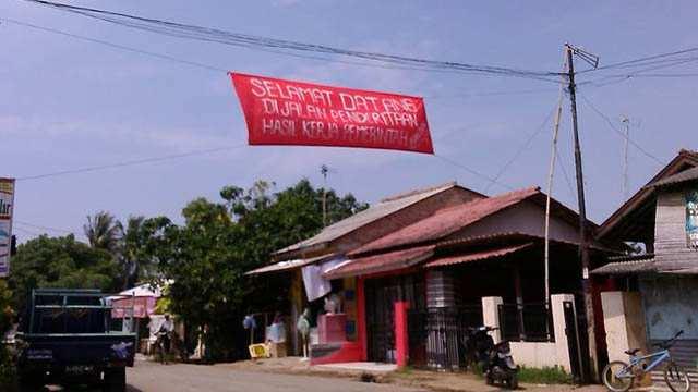 "Spanduk bertuliskan ""Selamat Datang Di Jalan Penderitaan Hasil kerja Pemerintah"" (Foto: liputanbanten.com/Muhit)"