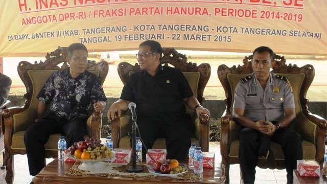 H. Inas Nasrullah, BE., SE. (Tengah), sedang berdialog bersama masyarakat Desa Surya Bahari, Tangerang, Minggu (8/3)