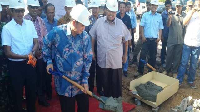 Gubernur sumatra Barat Irwan Prayitno (kiri) tengah menyaksikan Bupati Pesisir Selatan Nasrul Abit melakukan pengecoran (nomor dua dari kanan) menandai dimulainya pembangunan RSUD M. Zein Painan yang dirancang tahan terhadap gempa (Ganet) (Foto: Antara)