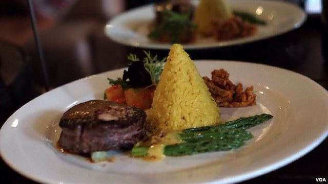 Steak Rendang William Wongso (Foto: VOA/Vena Dilianasari)